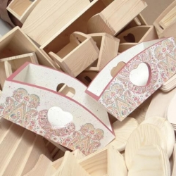 biało różowa skrzynka z sercem decoupage